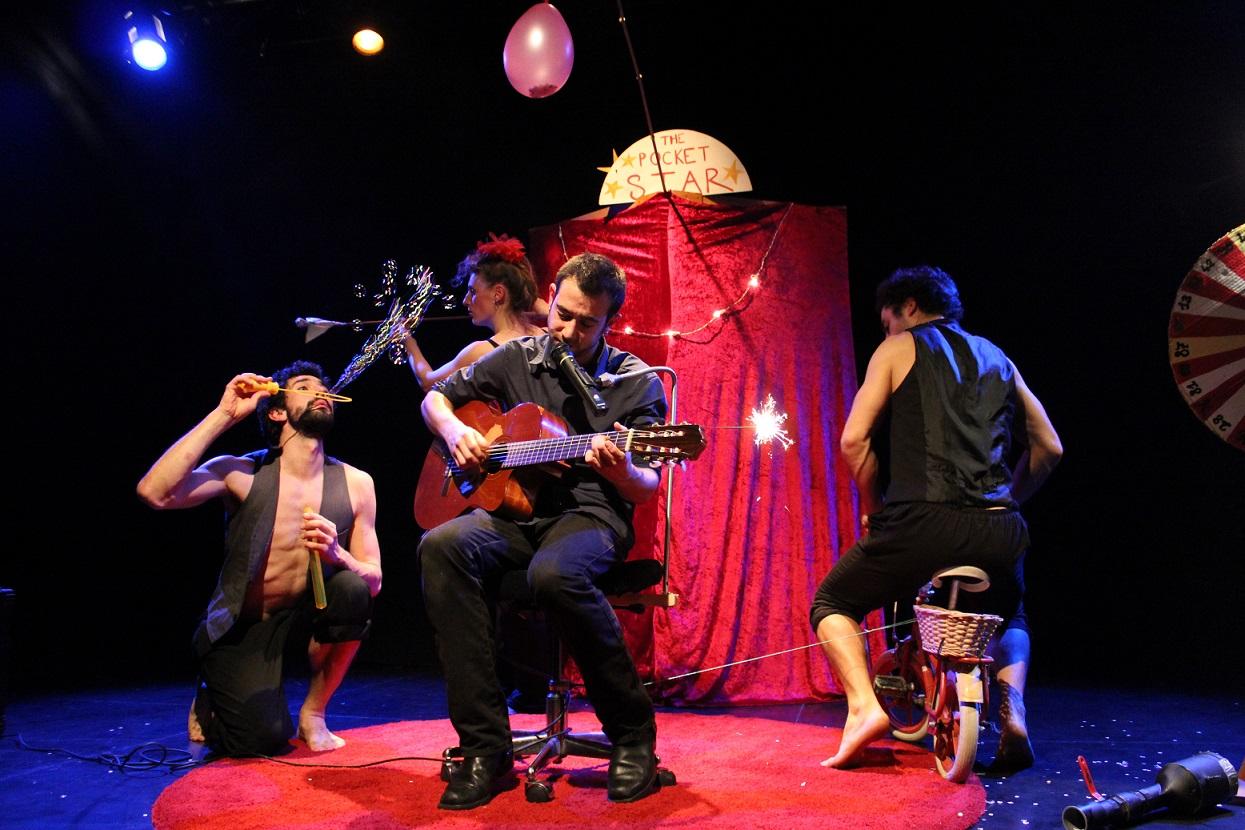 Saseo sur scène lors d'une chanson du cabaret